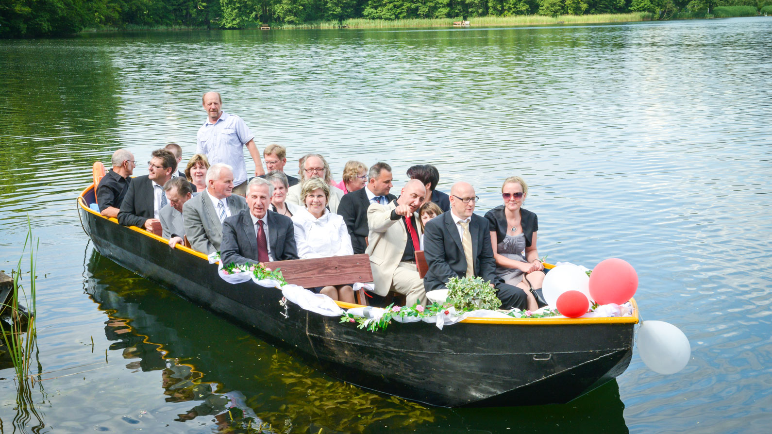 Bootsfahrt-mit-Hochzeitsgaesten