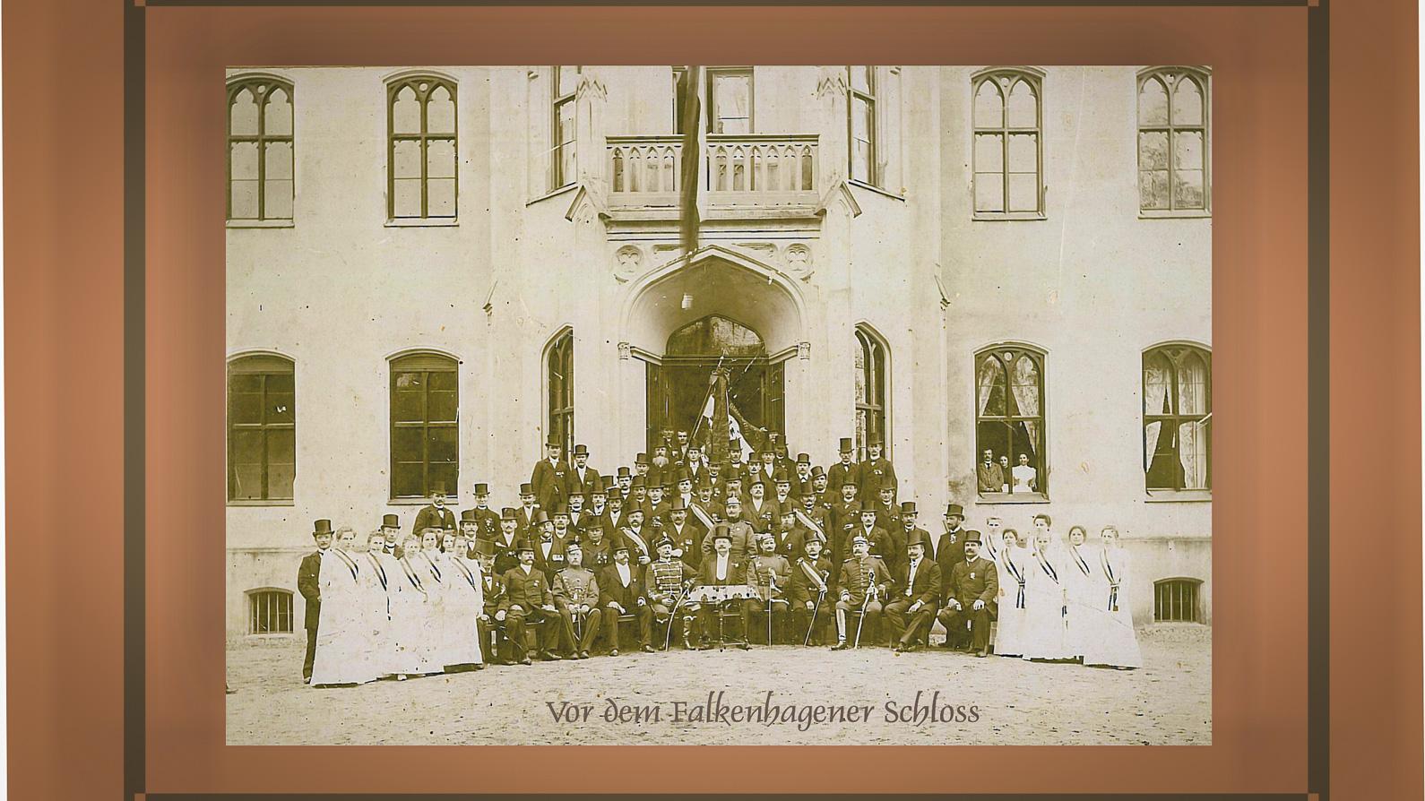 Foto-Gruppe-vor-dem-Schloss-Falkenhagen-1